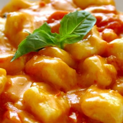 el-rey-de-la-paella-gnocchi-with-roasted-pepper-sauce-served-with-garlic-rolls