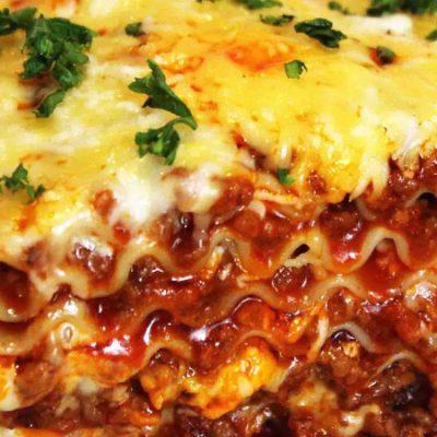 el-rey-de-la-paella-lasagna-dish-serve-with-steam-vegetables-and-garlic-rolls-001